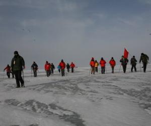 青海湖冰上徒步 探险队暴走25公里