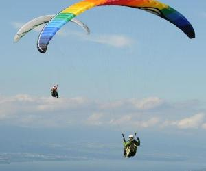 滑翔伞爱好者乘风飞行 俯瞰日内瓦