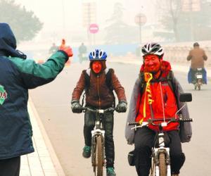 无臂农民10年骑行10万公里宣传禁毒 刹车靠膝盖夹