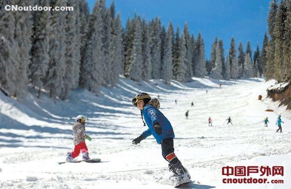 5月3日,乌鲁木齐南山丝绸之路国际滑雪场的欢乐谷雪道上,百余名