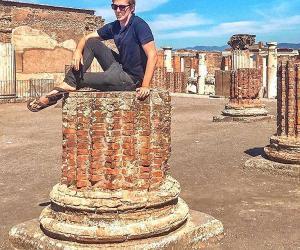 比利时旅行博主坐庞贝古城遗址柱上拍照遭谴责