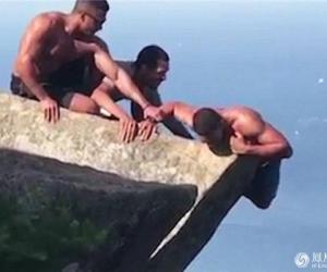 命悬一线 男子海拔800多米高岩石上凌空悬挂