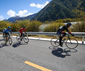 首届跨喜马拉雅自行车极限赛在西藏林芝开赛