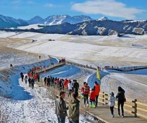 """新疆奇台县""""首届江布拉克冰雪节""""暨徒步活动吸引游客"""