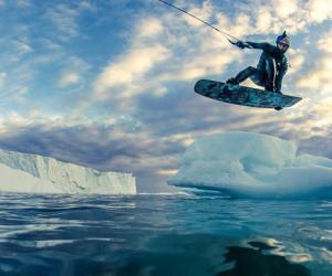 俄极限运动员格陵兰冰川上跟着拖船冲浪