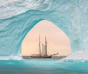 美呆!双桅帆船经过格陵兰岛冰山拱门之中