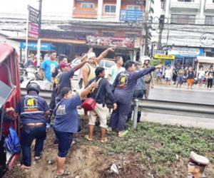 泰国一载中国游客大巴侧翻 7人重伤6人轻伤接受治疗
