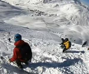 奥地利滑雪者意外遭遇雪崩 连人带雪滚下山坡