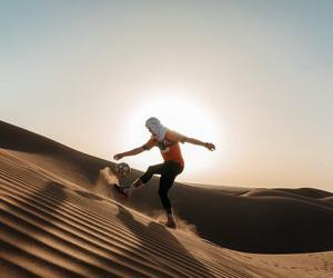 英男子顶着40℃高温颠球横穿百公里撒哈拉沙漠
