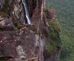 波兰跳伞小伙跳下世界最高瀑布安全降落灌木丛