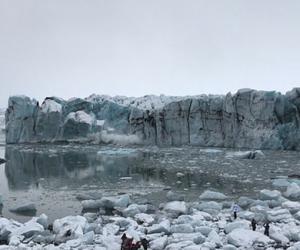冰岛冰川崩裂激起巨浪 湖滨游客受惊纷纷逃命